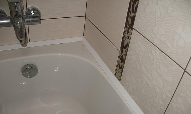 Изолированная плинтусом щель в ванной