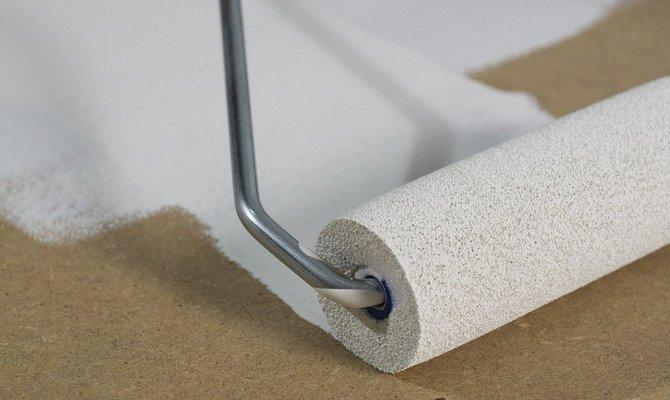 Обработка стен акриловой грунтовкой