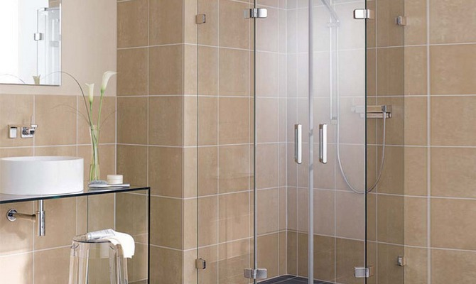 Компактная душевая кабинка в ванной
