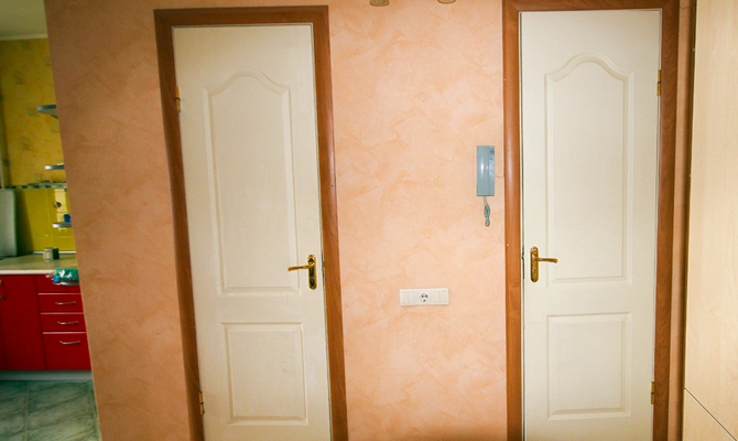 Дверив ванну и туалет после монтажа