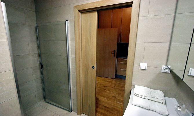 Правила по уходу за раздвижными дверями в ванной