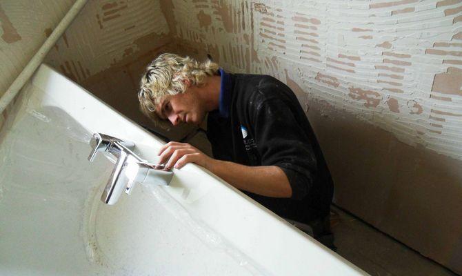 Демонтаж старой ванной при ремонте