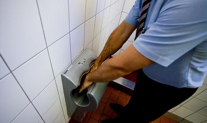 Сушилка для рук в туалете