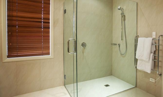 Душевая кабина из стекла в ванной