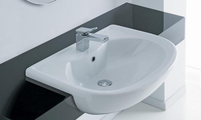 Подвесной умывальник в ванной