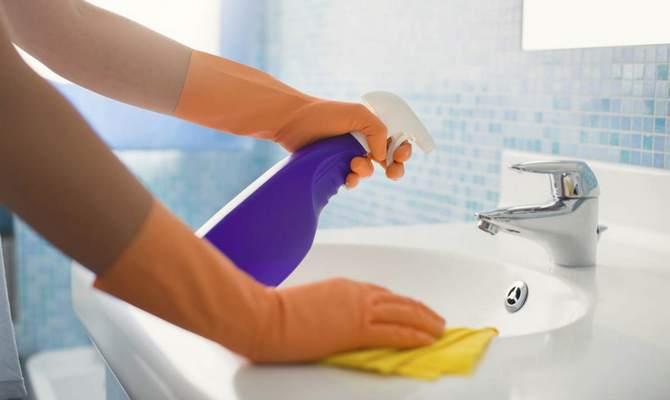 Проведение уборки в ванной против насекомых
