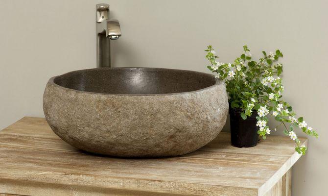Каменная овальная раковина в ванной