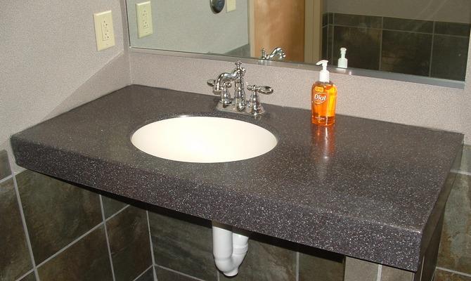Навесная столешница в ванной