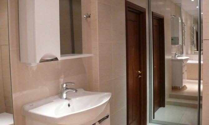 Неьольшая дверь из дерева в ванной