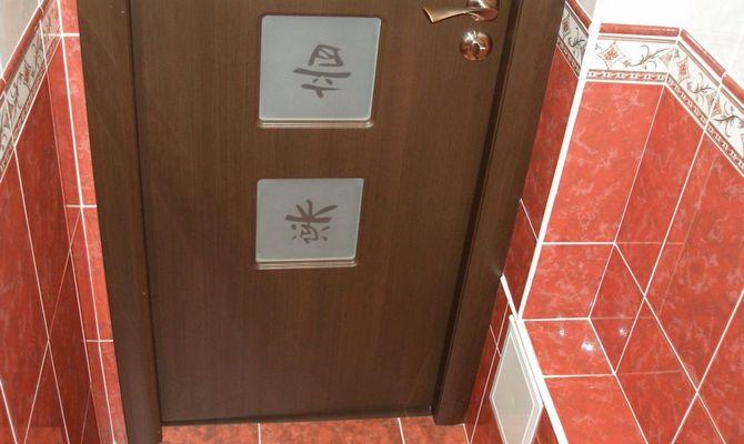 Деревянная дверь в туалет