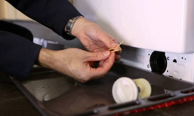 Как почистить шланги, фильтры и емкости для загрузки моющих средств?