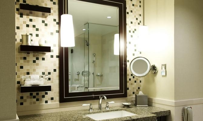 Для чего нужен осветительный прибор около зеркала