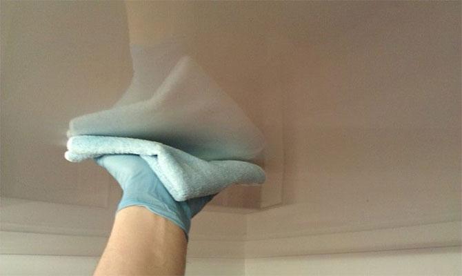 Очищение потолочных покрытий