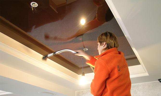 Очищение натяжного покрытия после ремонта