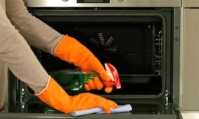 Очистка духовки промышленными средствами