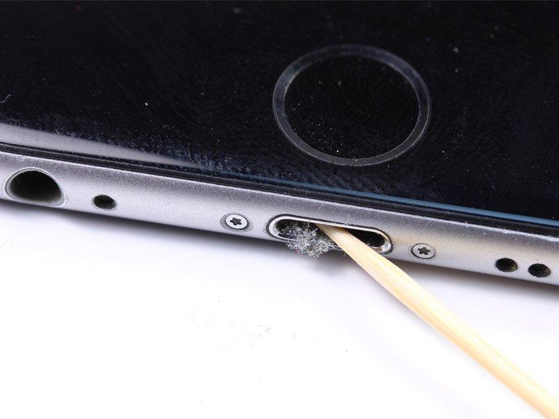 Как почистить гнездо зарядки телефона?