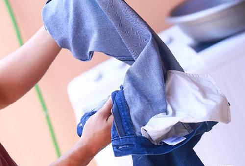 Линяют джинсы: что делать?