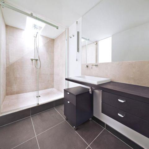 Минимализм: оформление ванной комнаты